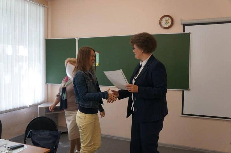 Сертификат получает руководитель проекта «Лоскутный START UP» Наталья Козловская