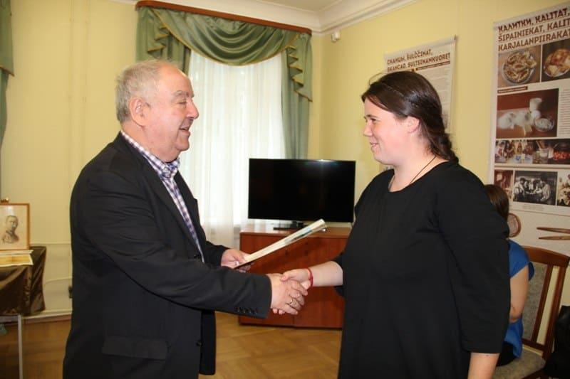 Директор Национального музея Михаил Гольденберг благодарит Наталью Заболоцких