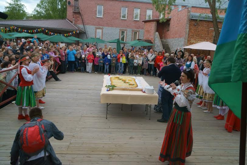 В Сортавале испекли самую большую в мире калитку