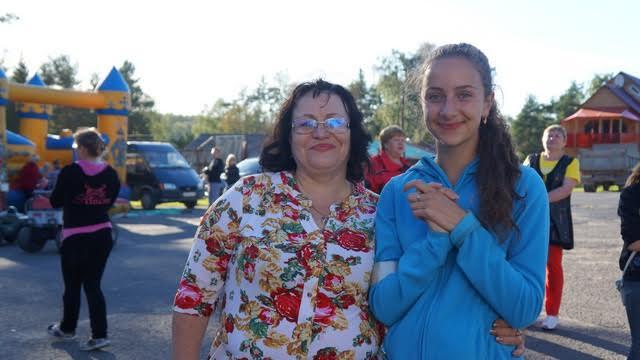 «Это вашими усилиями, Надежда, жизнь в Березовке окрашивается во все цвета радуги!» - так на странице группы написала Анна Ковалева.  И со сцены в праздничный день звучали слова благодарности председателю КРОО «Ручей жизни» Надежде Варлевской, организатору и координатору проекта. У нее немало волонтеров-помощников. На фотографии рядом с Надеждой юная Лиза Жихорева, которая без тени смущения провела для всей аудитории зарядку-разминку
