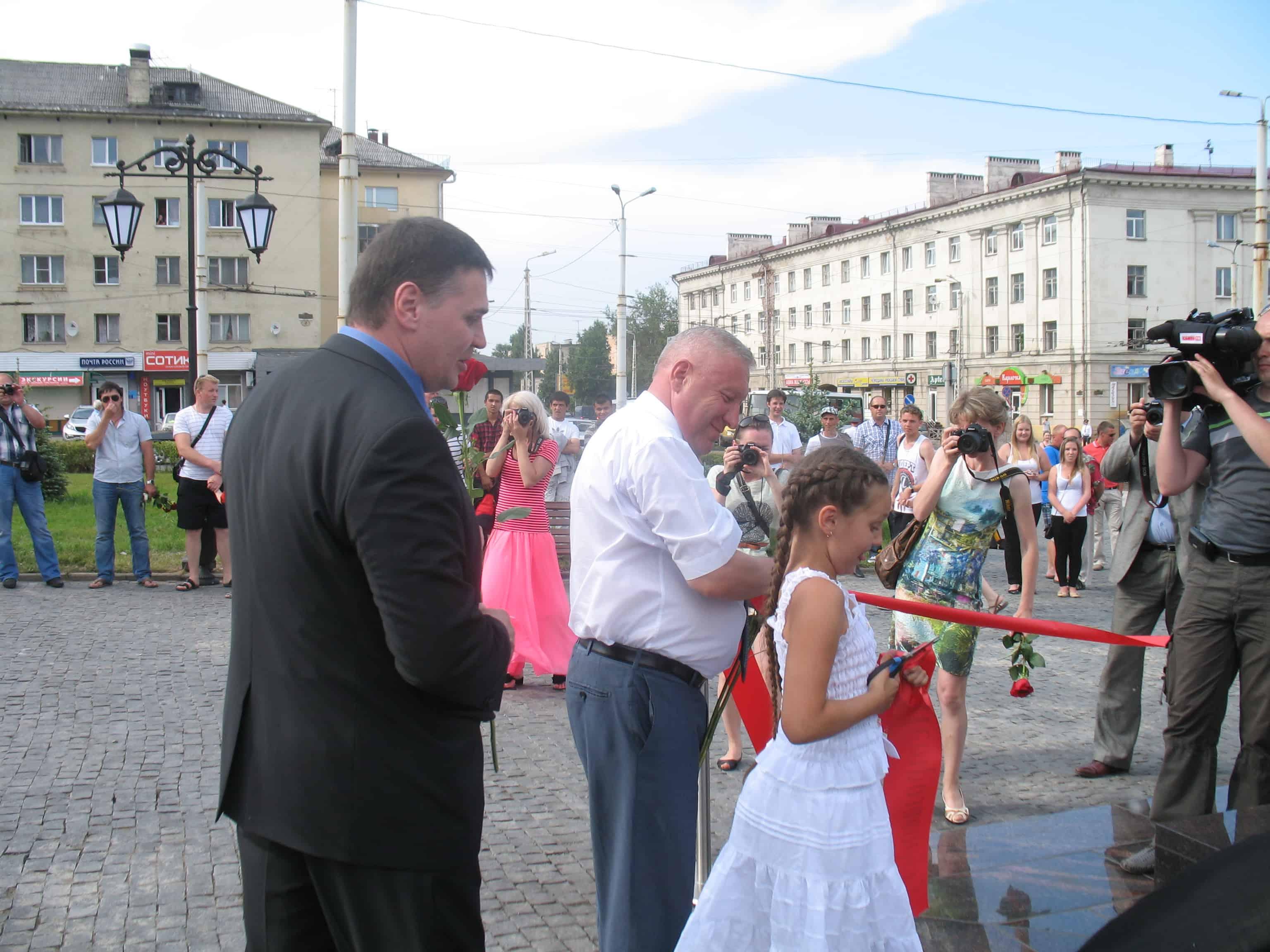 На открытии стелы Эдуард Чирко (слева) и тогдашний мэр Петрозаводска Николай Левин. Фото Натальи Мешковой