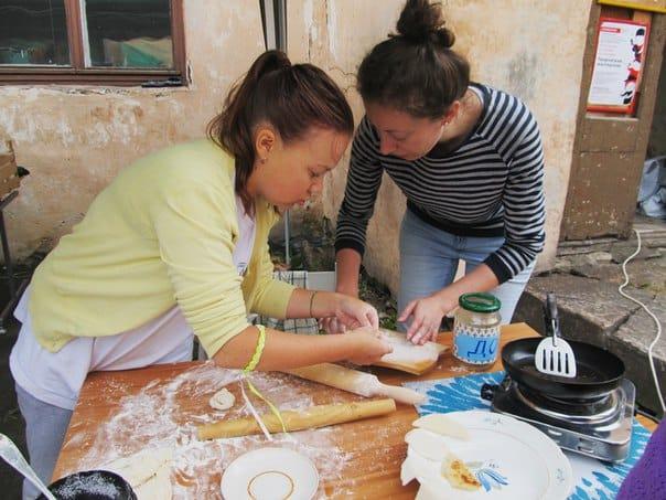 Дарья Маковецкая помогает волонтерам готовить пирожки