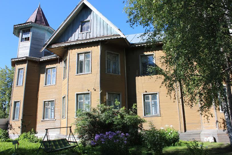 Административный корпус интерната, бывший дом купца Карельского