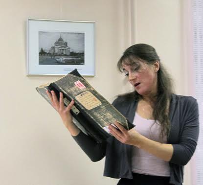 Мария Змиевская представляет документы архива, посвященные возрождению Александра-Невского кафедрального собора
