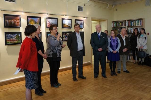Выставку фотографического клуба из города-побратима Варкауса открывает директор Национальной библиотеки РК Марина Никишина