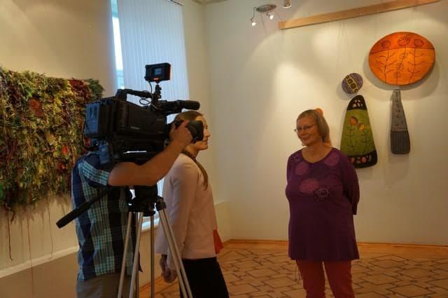 Куратор выставки «Стильный текстиль» Тина Халлакорпи представляет журналистам работы известных финских мастеров из Похьойс-Похьянмаа, Кайнуу, Северной Карелии, Лапландии,  а также произведения местных карельских дизайнеров