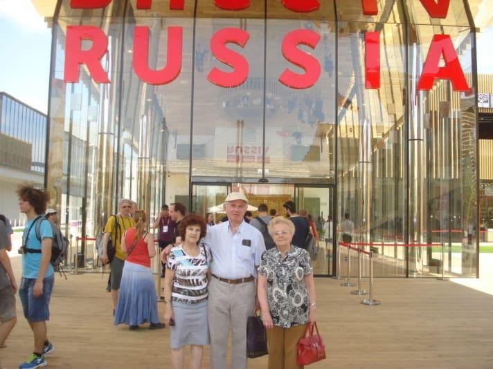 Посетители выставки из Петрозаводска перед павильоном России. Фото Ирины Виноградовой