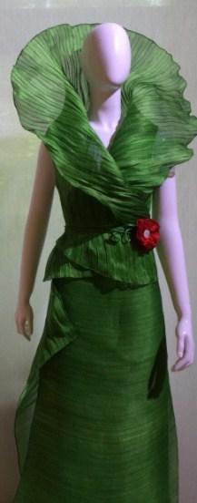 Модное платье,  ткань которого создана из пищевого продукта. Фото авторов публикации