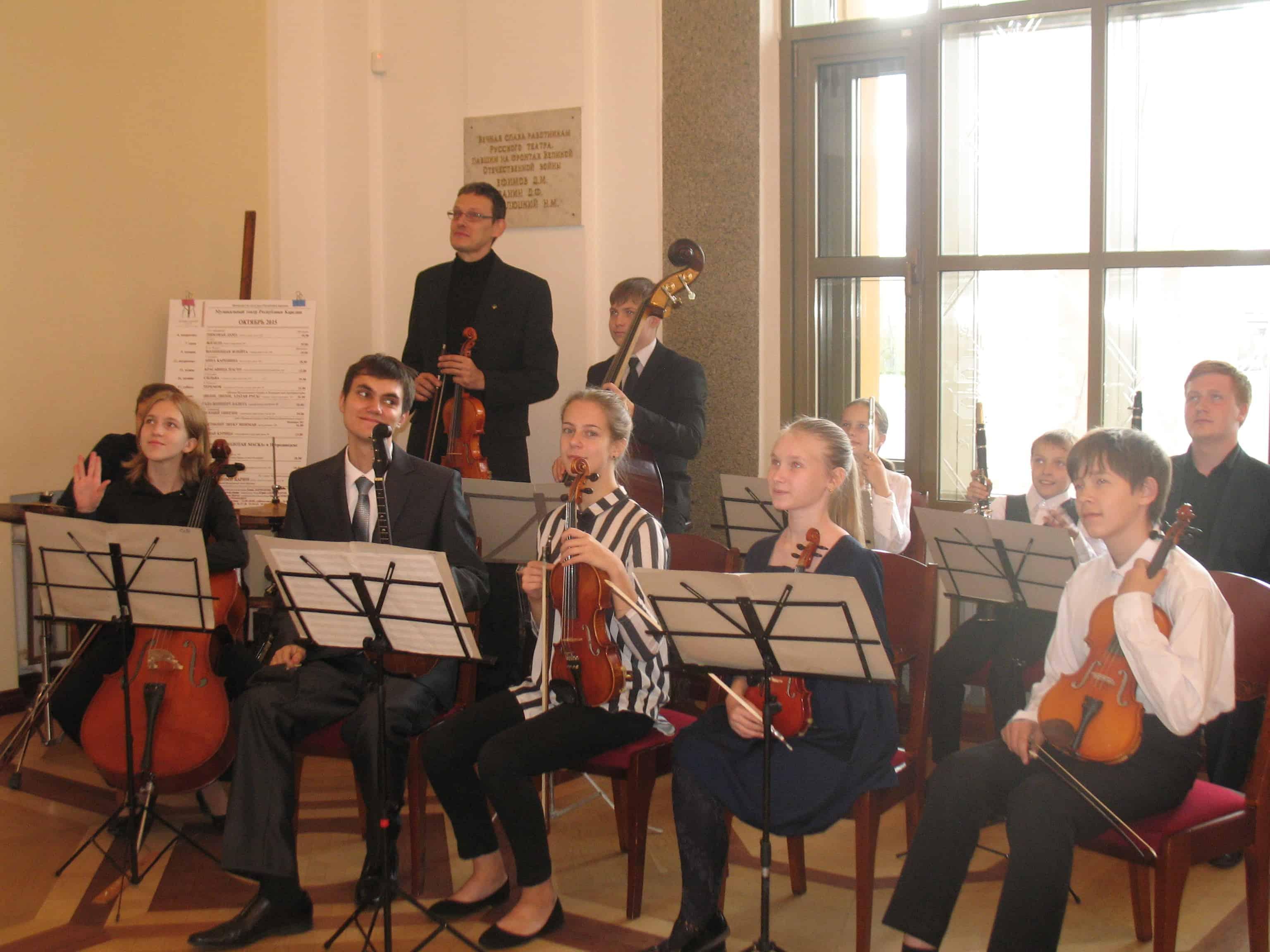 Оркестр Специализированной школы искусств играл для гостей праздника