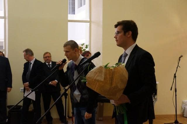 """Поздравление от члена правления общества """"Союз финской идентичности"""" (Хельсинки) Сакари Линдена (справа)"""