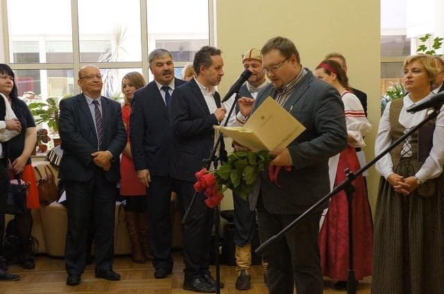 Поздравление от министерства культуры зачитывает Алексей Лесонен