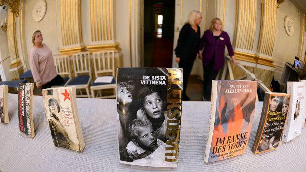 Книги Светланы Алексиевич, выставленные в Шведской академии после объявления ее лауреатом Нобелевской премии по литературе