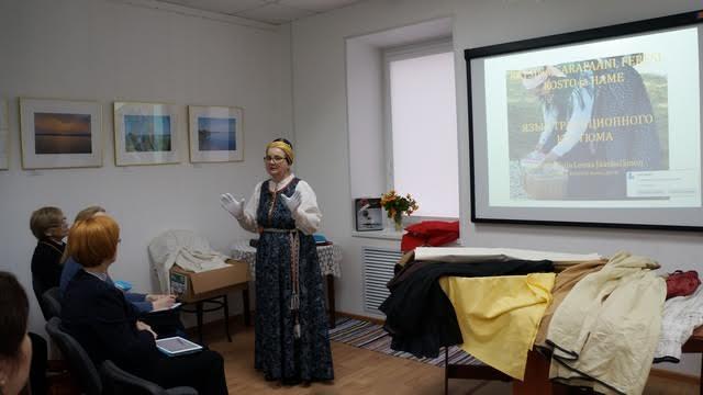 Открыла семинар Елена Яскиляйнен, в прошлом сотрудник музея «Кижи», а ныне независимый исследователь поморского костюма из города Йоэнсуу
