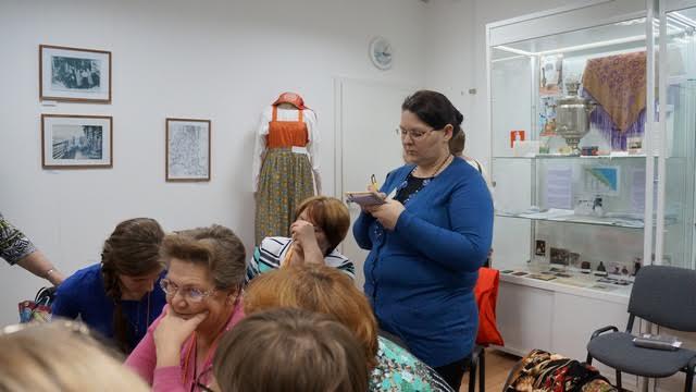 Поморка Наталья Гармуева приехала на семинар из Сумского Посада, оставив четверых детей, младшему из которых еще нет двух лет. Она участница известной фольклорной группы, мечтает о создании собственного костюма, сшитого по всем поморским канонам