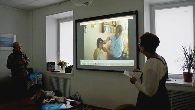 Полезным  оказался видеофильм, в  котором одна из старейших жительниц Поморья Мария Подлесская рассказывает, как правильно надевать головной убор – а это целая наука!