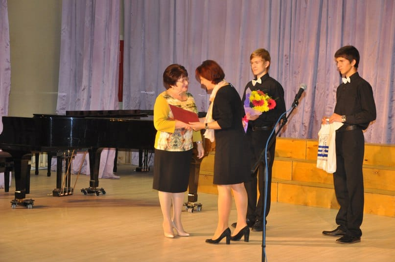 Галина Ширшина награждает отличившихся учителей