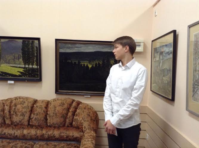 Лицеист Илья Шушаков прводит экскурсию по картинной галерее Державинского лицея