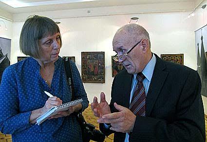 Хранитель коллекции древнерусской живописи музея В.Г. Платонов дает интервью журналисту Светлане Цыганковой