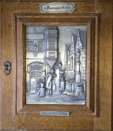 Репродукция картины - чеканка на металле в деревянной раме в форме дверцы буфета. Собственность автора