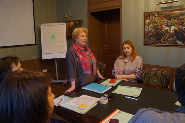 Заседание клуба открывает Галина Степанова