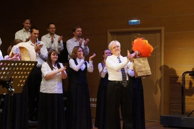 Художественного руководителя хора и дирижера Евгения Гурьева поздравили с днем рождения, который совпал с концертом