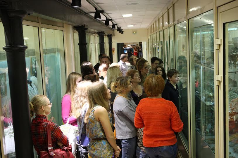"""В фондохранилище музея «Кижи» был настоящий аншлаг. Петрозаводчане использовали шанс бесплатно увидеть уникальные музейные коллекции, более 2000 предметов этнографии и археологии: медную кухонную утварь, мебель, литые иконы, старинные монеты, печную и кухонную утварь, самовары,  лучшие образцы глиняной,  фарфоровой, фаянсовой и стеклянной посуды от простых горшков до европейского фарфора. Фото музея-заповедника """"Кижи"""""""