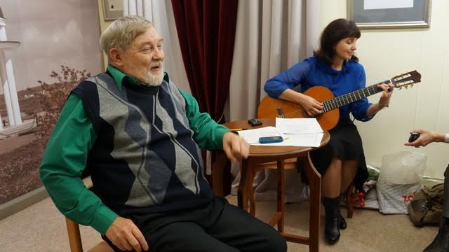 """Валерий Ананьин впервые за много лет публично исполнил песни на свои стихи. Одна из них - """"Алый парус"""" - давно ушла в народ. Гитара - Екатерина Шибко"""