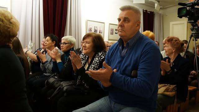 """В зале был аншлаг. У Валерия Ананьина свой круг почитателей его многогранного таланта. Большинство, как сам Ананьин, из поколения шестидесятников -  """"последних романтиков сгинувшей державы"""""""