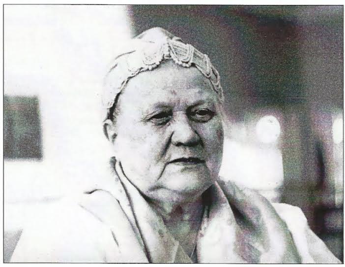 Анна Яковлевна Носкова – старейшая участница хора (в 1974 - 2006 годы), коренная поморка. С ее помощью поставлены многие хороводы, танцы и песни села Сорока. Фото из сборника