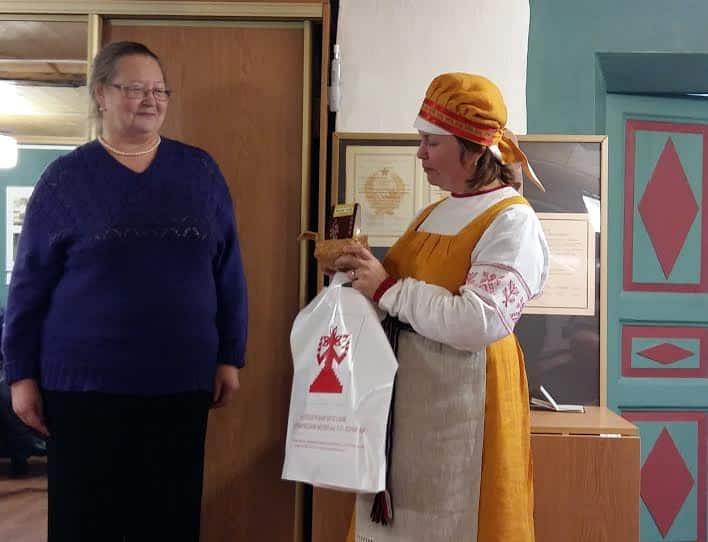 Ирина Семакова (слева) и директор Шелтозерского музея Наталья Анхимова