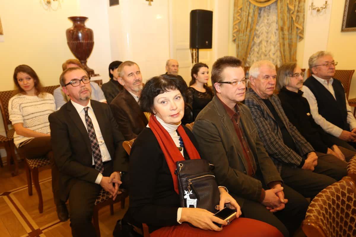 На первом плане художники Виктория и Владимир Зорины