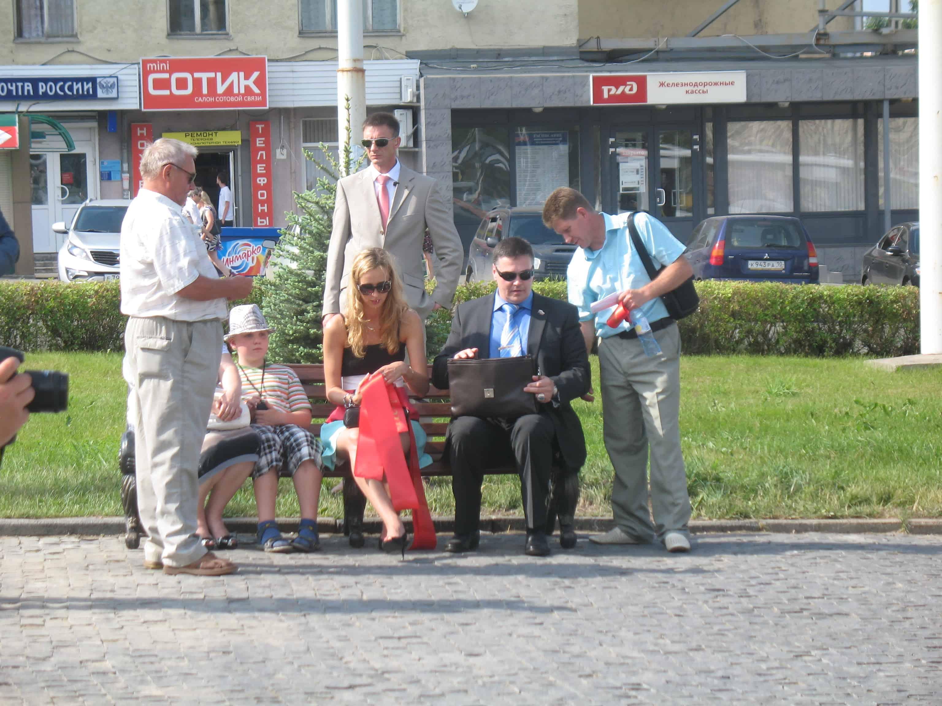 Эдуард Чирко (сидит на скамейке в темных очках) на открытии стелы. Июнь 2013 года. Фото Натальи Мешковой