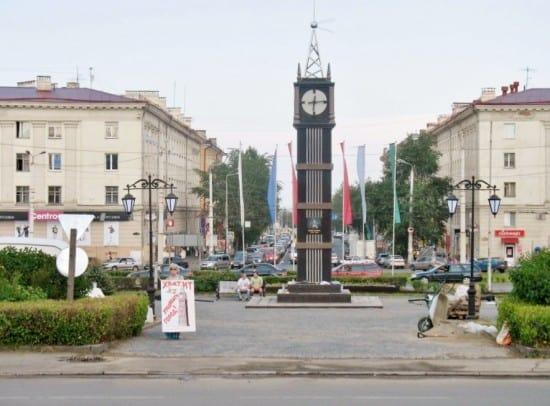 Одиночный пикет Тамары Егоровой у «Биг Бена» накануне его открытия в июне 2013 года