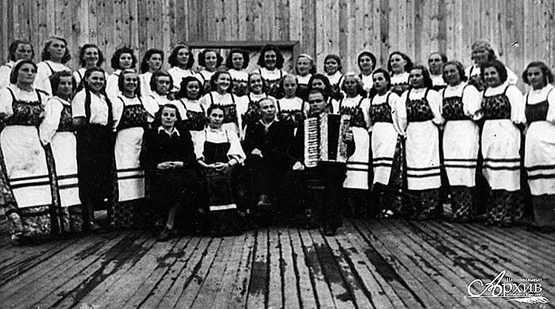 Олонецкий народный хор вместе с руководителем И.И. Левкиным. 1953 год. Фото Национального архива РК