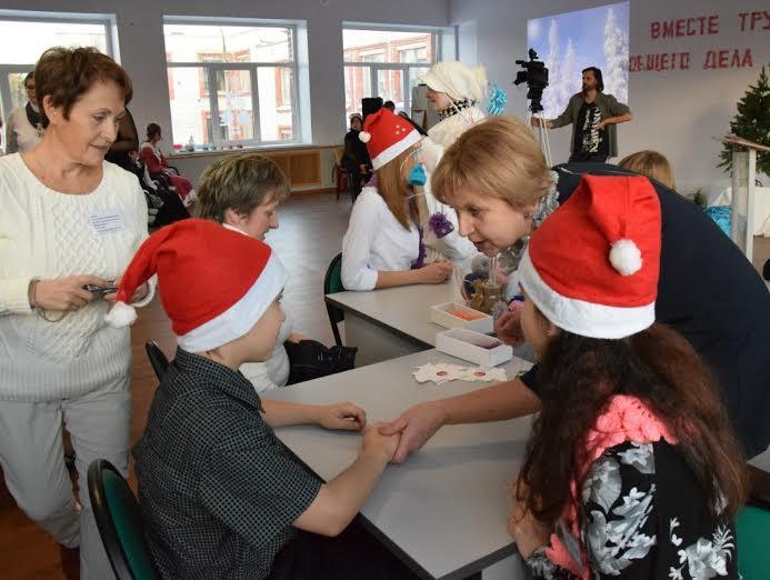 Участники праздника знакомятся перед тем, как начать мастерить новогодние подарки