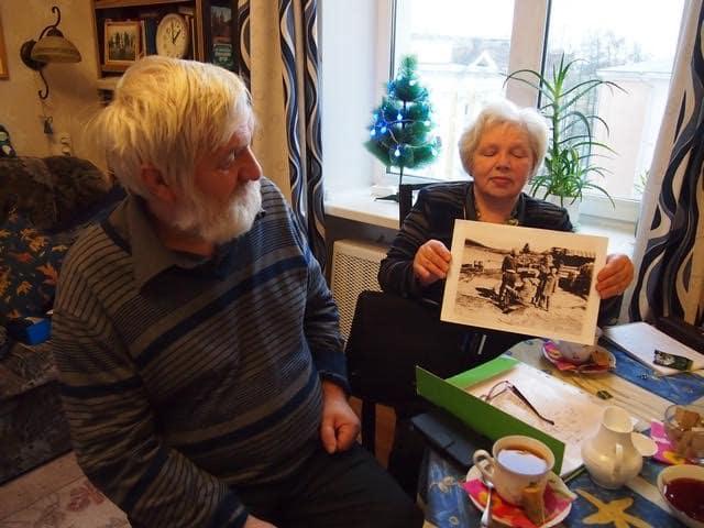Ольга Степанова демонстрирует фотографию, на которой писатель Николай Яккола беседует с жителями Хайколя. В 1959 году он собирал материал для романа «Водораздел», вот тогда и побывал в Хайколя. Фото Ирины Ларионовой