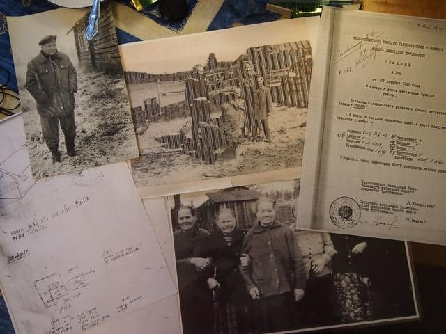 Слева Ортьё Степанов осенью 1986 года и некоторые из найденных документов