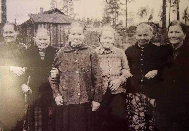 Анна Афанасьевна Степанова - мать писателя Ортьё Степанова (вторая справа) и её родные сёстры в 1957 году