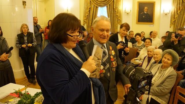 Григорий Алексеевич Мошников через несколько дней отметит 95-летие! Он самый возрастной автор книги, несмотря на это побывал на презентациях в родной Великой Губе и в Петрозаводске