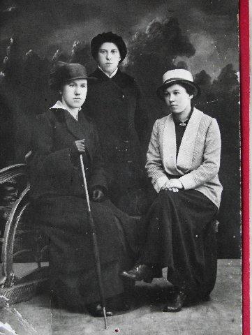 Котиковы, Тётя Лида в центре, а справа сестра Шура