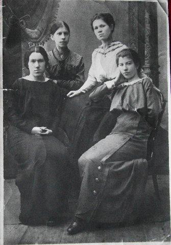 Котиковы - Александра (сидит справа), сестра Лида (третья справа)
