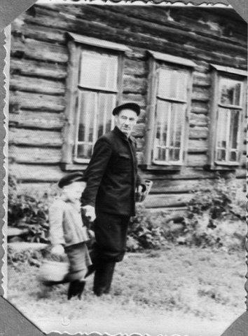 Сергей Павлович Котиков с внуком в родных костромских местах