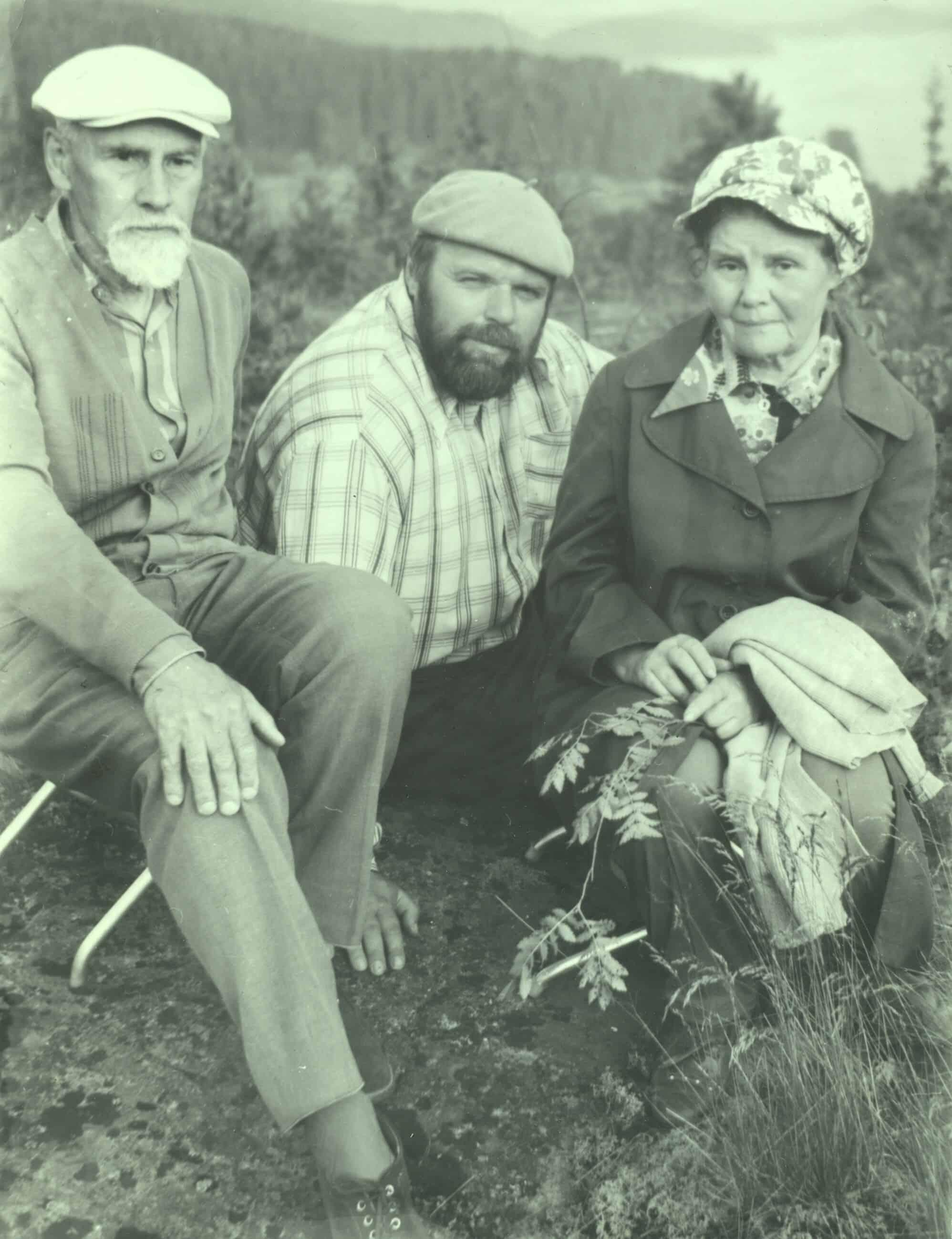 Б.А. Смирнов-Русецкий, Ю.В. Линник, жена художника. Окрестности Сортавалы (места Н.К. Рериха).1982 год. Фото Д. Москина