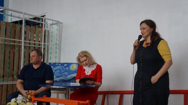 Наталья Ермолина - не только хозяйка Agriculture-club, но и автор альманаха, начинает презентацию. За столом Яна Жемойтелите и Сергей Пупышев. Фото Ирины Ларионовой