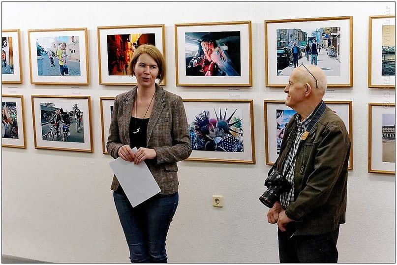 Мария Бабаева, директор галереи, открывает фотовыставку