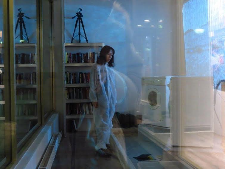 Наталья Логинова представляла свою инсталляцию «Стиралка», поддерживая процесс стирки