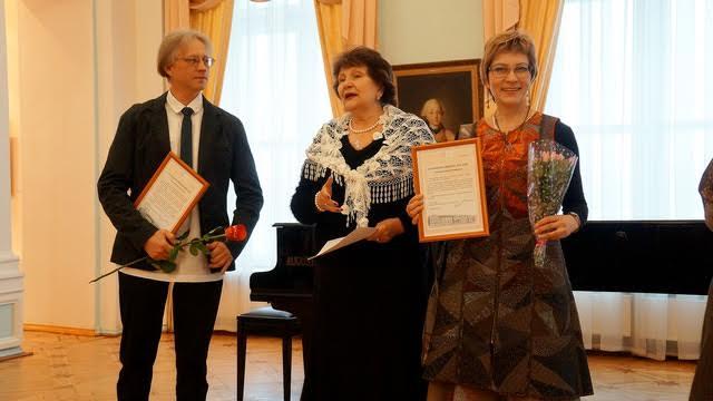 На вернисаже. Слева направо. Игорь Гашков, Наталья Вавилова, Ксения Дмитриева