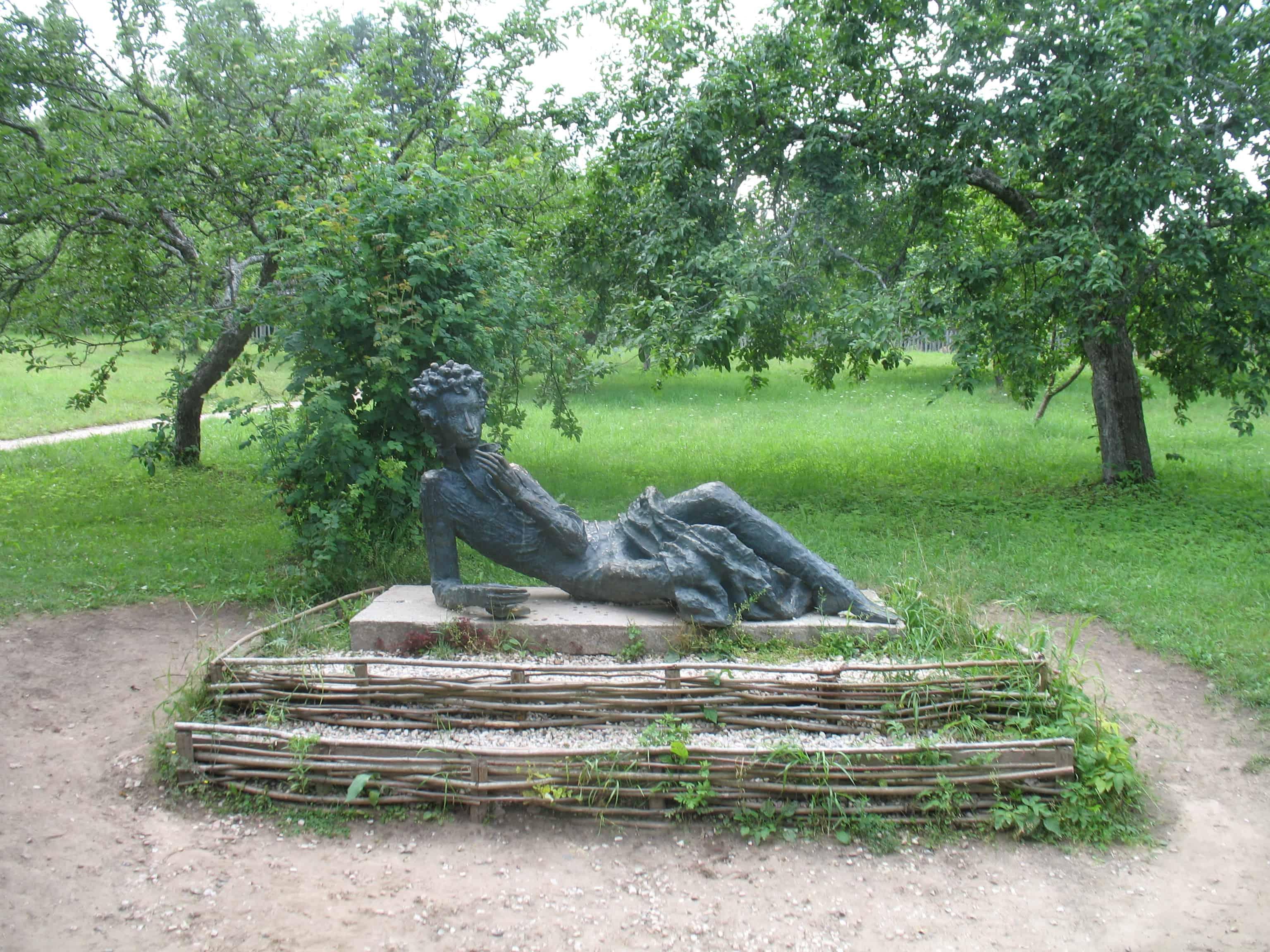 Памятник Пушкину в Михайловском