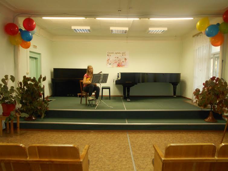 Такой концертный зал на 50-60 мест был у Медвежьегорской музыкальной школы до ее переезда в здание детдома