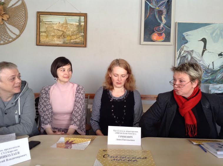 На пресс-конференции в отмытом накануне актерами на субботнике Доме автера (справа налево): Снежана Савельева, Анна Гриневич, Елена Сапегина и Георгий Николаев